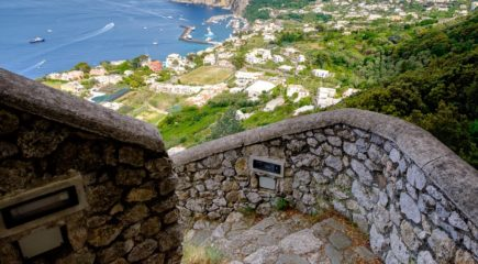 Фото Stunning view of Capri town and the sea from the Phoenician Steps (La Scala Fenicia), Italy.